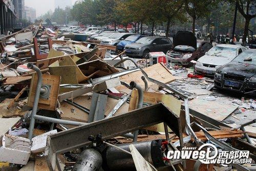 11月14日上午7点37分,位于西安市太白路与科创路十字西南角嘉天国际公寓一层的肉夹馍小吃店,由于液化气罐泄漏引发爆炸。(摄影:马广浩)