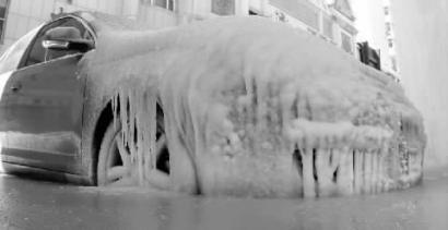 長春一轎車停一夜凍成『冰雕』 市民爭相拍照