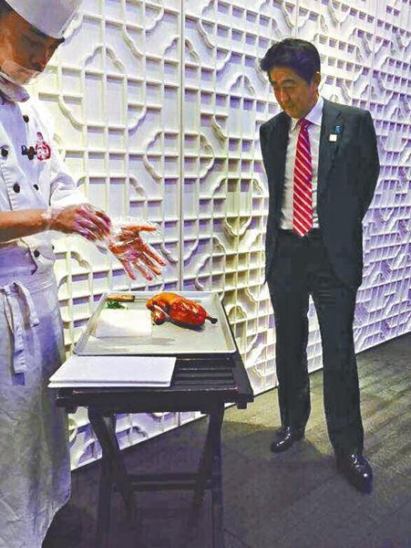 安倍在北京吃烤�� 站著看��傅片皮(�D)