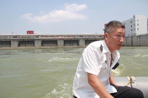 数万斤鱼洄游产卵遇阻:不停跃起撞大坝遭哄抢