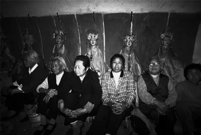 2004年5月6日,河南省孟津县。庙会上等候进香的香客。