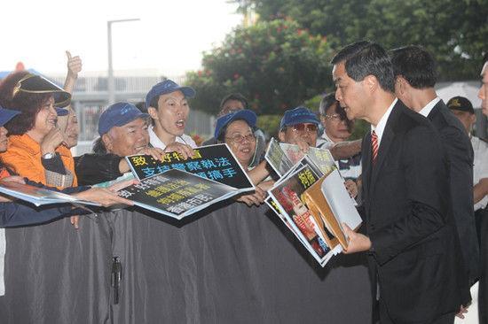"""香港特首梁振英接受""""挺警执法""""市民签名(图)"""