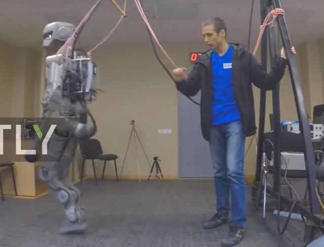 俄军用机器人变身老司机 独自开车上路