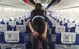 空姐背腿脚不便女乘客下飞机