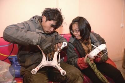 小伙骑车拖患病女友环游中国 目前已行万余公里