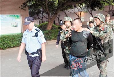 重庆的哥拉毒贩停在武警总队大门前 武警勇擒毒贩
