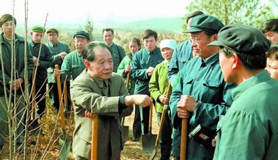 新华网今日刊登组图纪念胡耀邦逝世24周年,图为胡耀邦与十三陵林场工人交谈。