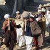 巴基斯坦当地居民抬走遇难者遗体
