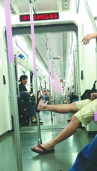 地铁站长历数不文明行为:堵车门让人烦居首位