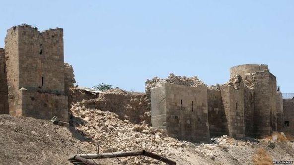 阿勒颇城堡下方一条隧道12日发生爆炸,导致城堡一道围墙倒塌。图片来源:英国广播公司