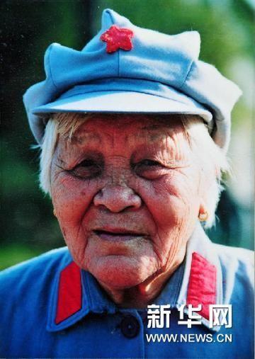 这是卢业香生前留影(翻拍照片)。 4月19日上午8时40分左右,我国最后一位红色娘子军老战士卢业香在海南省琼海市中原镇的家中去世,享年100岁。 新华社记者 郭程 摄