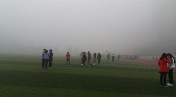 据许倩介绍,学校从10月份开始要求大一新生参加晨跑,时间为早晨7点10