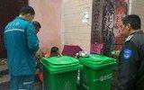 郑州一女子垃圾桶后产子 巡防队员及时救助
