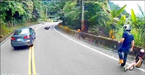 情侣骑摩托摔倒后男子不顾女友先察看爱车(图)_新闻_腾讯网 - 自由百姓 - 我的博客