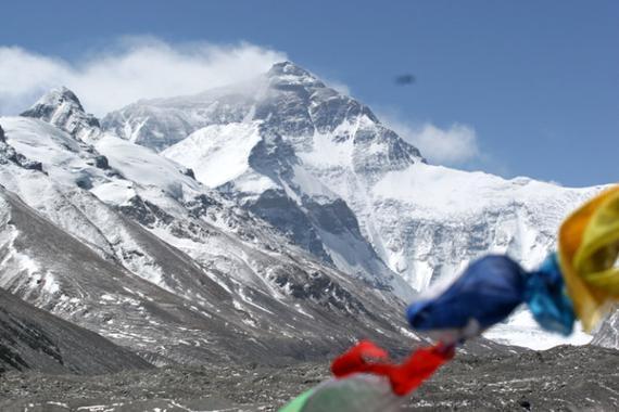 据悉,西藏探险公司组织攀登珠峰,最多24人每人35万。