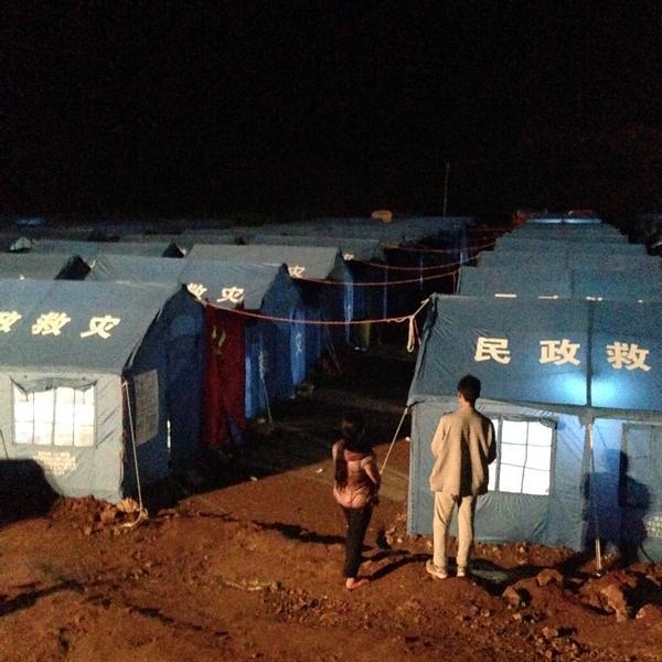 震中安置点缺粮缺水道路未通 灾民凑食物做饭(图)