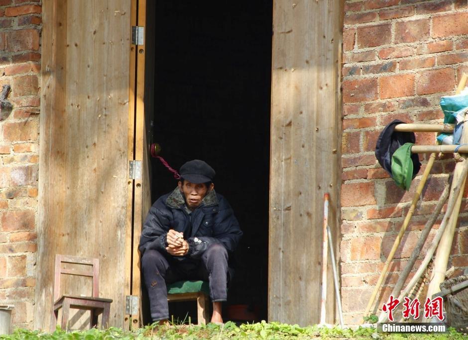 治区级贫困村,人口约2100人.因地处山区,田地少,甘蔗和种桑养