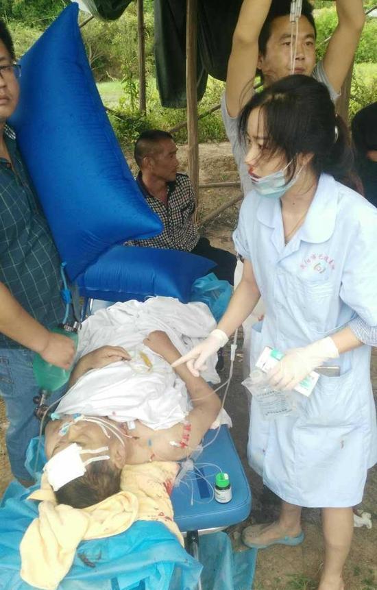 救护车遇车祸 护士受伤口鼻流血仍坚持抢救病人