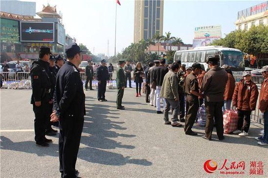 湖北警方将14名缅甸籍非法入境打工者遣返