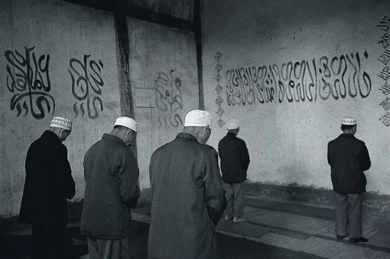 主麻日礼拜的回族穆斯林。四川西昌,2004年。摄影/柴春芽