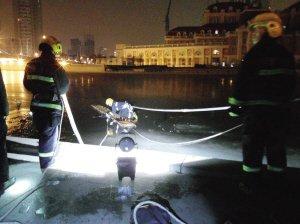 天津一对男女夜半冰上穿海河 双双落水男子身亡