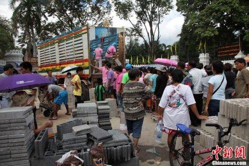 曼谷部分地区堤防破裂仍淹水 沙包高度达2米
