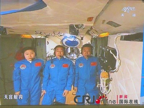 胡锦涛与神九航天员首次实现天地双向视频通话
