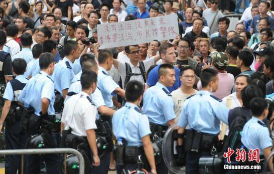 """香港警方拘旺角""""占领区""""8人 涉纵火及袭击等"""