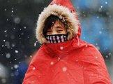 15日,合肥一市民在风雪中骑车前行