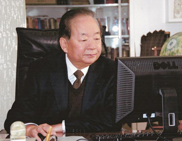 田纪云:抱小曾孙女看动画片 和老伴合影做头像