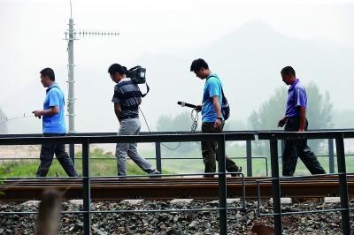 最近每天都会有来自全国各地的媒体记者采访卢伟,他成了大家心目中的英雄 摄/法制晚报记者 黑克