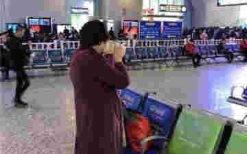 女子带5斤米酒乘高铁被拒 当场豪饮