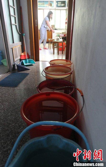 很脏,只能用来拖地、冲马桶,平时就到同村一个朋友那里提水吃,