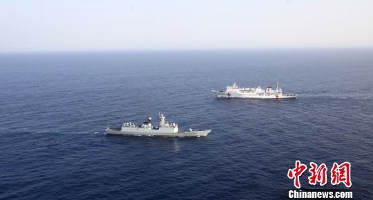 和平方舟号医院船与扬州舰亚丁湾会合,开展训练
