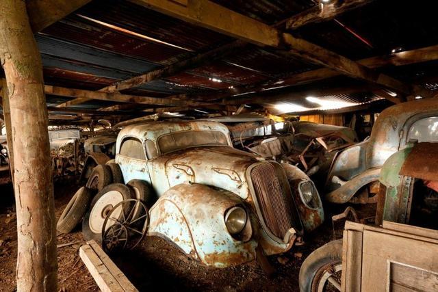 组图:法国农场现数十辆古董车 价值逾千万美元