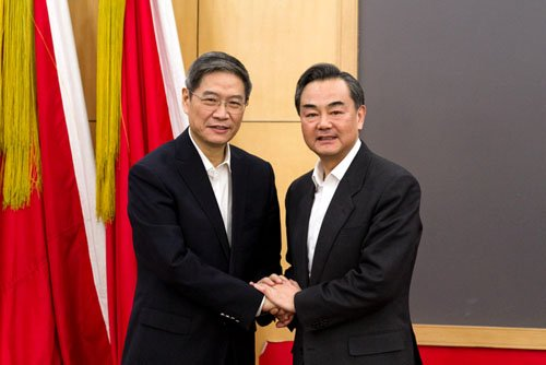 王毅和张志军握手(图据国台办网站)