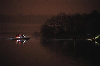 图为救援人员正在搜寻失踪者。