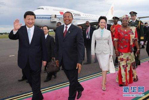 3月24日,国家主席习近平乘专机抵达达累斯萨拉姆尼雷尔国际机场,开始对坦桑尼亚进行国事访问。坦桑尼亚总统基奎特和夫人到机场迎接习近平和夫人彭丽媛。 兰红光 摄 新华网