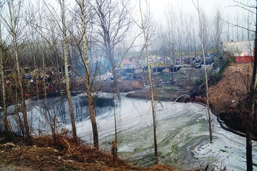 河北魏县塑料加工作坊超百家 污水横流气味刺鼻