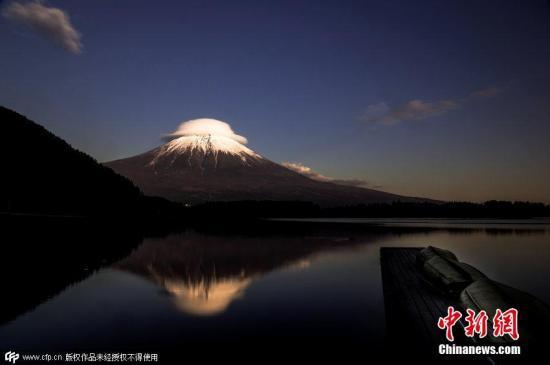 """日本富士山迎来""""初雪银装"""" 较去年提早16天"""