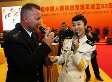 中俄军官联欢会上共唱《喀秋莎》