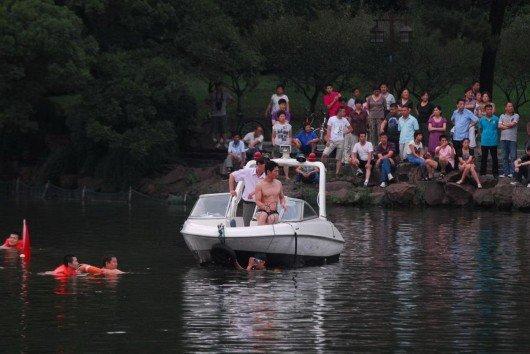 浙江大学毕业生拍毕业照跳杭州西湖北里湖孤山空谷传音水域溺亡