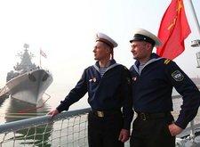 俄军水兵在沈阳号驱逐舰舰尾留影
