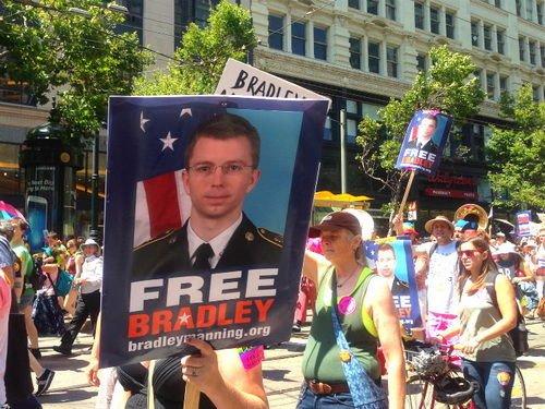 """2013年6月,参加旧金山同性恋大游行的民众举着""""释放布拉德利·曼宁""""的牌子,对其泄密行为表示支持。(韩莎莎摄)"""