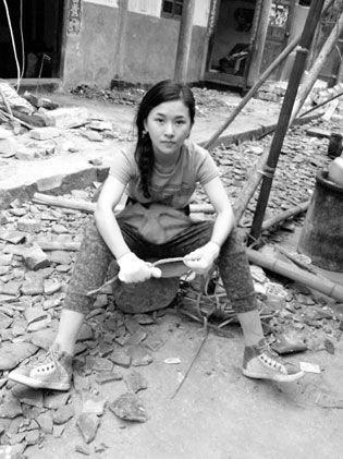 汶川地震断腿女教师赴雅安救灾一线 戴着假肢送粮送衣