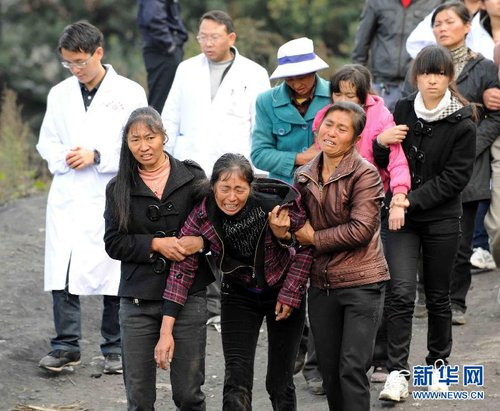 11月13日,几名遇难者亲属认领遇难亲人后悲痛离去。新华社记者 杨宗友