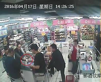 """前超市员工组团盗窃废购物卡""""充值""""4千万"""