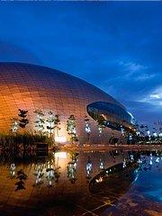 深圳保利剧院在夜空中别有韵律