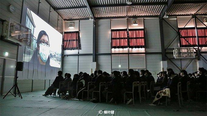 灾区学生在集体观看《和唱》。