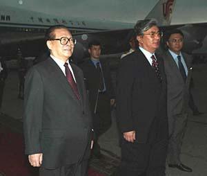 江泽民主席抵达阿拉木图